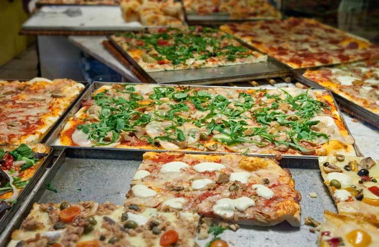 Schöne neapolitanische Pizza mit Kirschtomaten